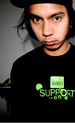 Jon Julio w T-Shirt'cie Hedonskate